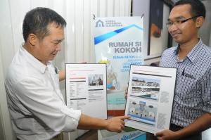 Kan Eddy, Inventor PT Kokoh Anugerah Nusantara (KAN) sedang memaparkan konsep green building yang diterapkan dalam pembangunan rumah beton untuk rakyat yang dibangun di Puri Mojokerto sebagai pilot project.