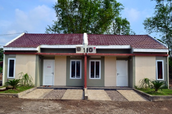 SIAP HUNI: Dua rumah contoh di perumahan Puri Kokoh yang dibangun PT Kokoh Anuegrah Nusantara (KAN) yang mengusung konsep sustainable construction ramah lingkungan.